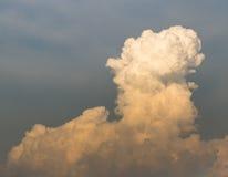 Große flaumige Wolken Lizenzfreies Stockbild