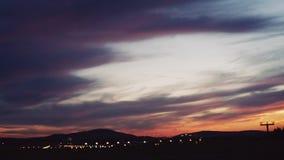 Große Flugzeuglandung im Flughafen bei Sonnenuntergang, Sonnenuntergang, Abend, keine Leute herum Äußeres Schießen Flughafenlicht stock video footage