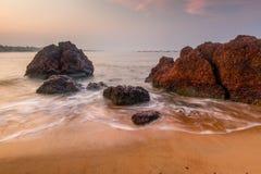 Große Flusssteine und sandiger Strand Lizenzfreie Stockfotos