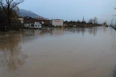 Große Flut geschieht von eben errichteten Ring Road - Süden wegen des schlechten Baus, der Mangel an Entwässerung und fällt Bäume stockfoto