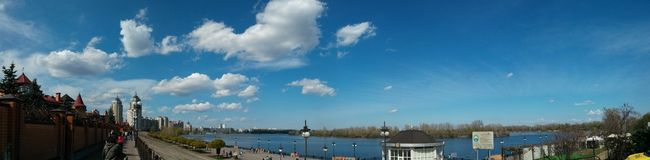 Große Frühling panorana Ansicht von Fluss und Himmel und Damm Stockbilder