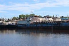 Große Frachtschiffe sind in der Bucht auf Fluss am sonnigen Tag des Sommers Lizenzfreies Stockfoto