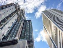 Große Gebäude mit blauem Himmel Stockfoto
