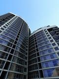 Große Gebäude mit Himmelhintergrund Stockbilder