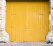 Große gelbe Doppeltüren Stockfotos