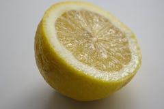 Große gelbe Zitrone liegt auf einer blauen Platte auf einem gelben Hintergrund Lizenzfreies Stockbild