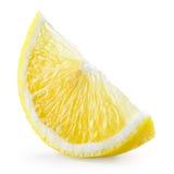 Große gelbe Zitrone liegt auf einer blauen Platte auf einem gelben Hintergrund Scheibe lokalisiert auf Weiß Mit Beschneidungspfad Lizenzfreies Stockbild