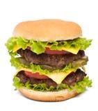 Große geschmackvolle Cheeseburgernahaufnahme auf weißem Hintergrund Lizenzfreies Stockfoto