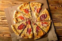 Große geschmackvolle italienische Pizza Stockfoto