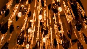Große glänzende Leuchter, die in Form von Tröpfchen mit einem internen Muster hängen Lizenzfreie Stockfotos