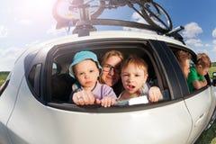 Große glückliche Familie, die im Urlaub Reise im Sommer geht lizenzfreies stockfoto