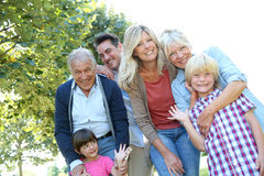 Große glückliche Familie, die Zeit zusammen verbringend genießt Stockfotografie