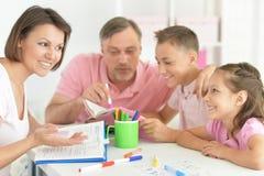 Große glückliche Familie, die zu Hause Hausarbeit tut lizenzfreie stockbilder