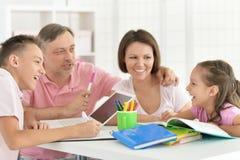 Große glückliche Familie, die zu Hause Hausarbeit tut stockfotos