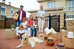 Große glückliche Familien-bewegliches Haus stockbild