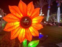 Große glühende helle gelbe dekorative künstliche Sonnenblumenpapierblume der Glühlampen mit festlicher Dekoration der Blumenblätt stockbilder