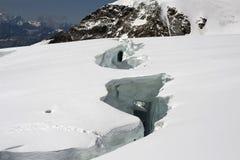 Große Gletscherspalte lizenzfreie stockbilder