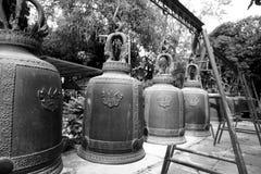 Große Glocken im thailändischen Tempel, Schwarzweiss-Hintergrund Lizenzfreie Stockfotografie