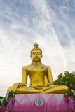 Große goldene Buddha-Statue über szenischem weißem und blauem Himmel bei Wat Stockbilder