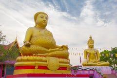 Große goldene Buddha-Statue über szenischem weißem und blauem Himmel bei Wat S Stockfoto