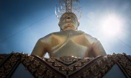 Große goldene Buddha-Statue Stockfotos