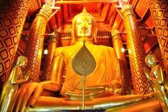 Große goldene Buddha-Statue/große goldene Buddha-Statue im Tempel Stockfotos