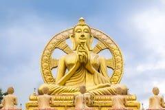 Große goldene Buddha-Statue mit Rad von dhamma Lizenzfreie Stockfotografie