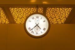 Große Größenschweizer stellen Uhr am Flughafen her Stockbilder