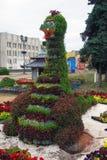 Große grüne Vogelskulptur im Park. Lizenzfreie Stockfotos