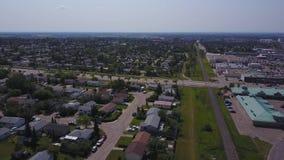 Große Graslandhäuser und -Einkaufszentrum von oben, Alberta, Kanada stock video footage