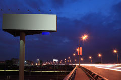 Große graue Anschlagtafel mit Ablichtung nachts stockfoto