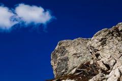 Große graue Flusssteine und blauer Himmel in Rocky Mountain National Park Stockfotografie