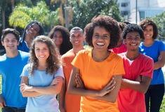 Große Gruppe der glücklichen Afroamerikanerfrau und des Kaukasier- und lateinischen und hispanischenmannes stockfotos