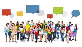 Große Gruppe des internationalen Studentenlächelns stockfotografie