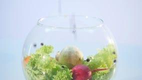 Große Gruppe Gemüse auf einem Vase auf weißem Hintergrund stock video