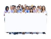 Große Gruppe Geschäftsleute, die Brett halten Stockfoto