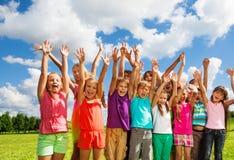 Große Gruppe glückliche Kinder stockfotografie