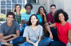 Große Gruppe glückliche multiethnische junge Männer und Frauen stockfotos