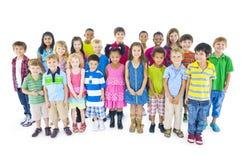 Große Gruppe Kinder auf weißem Hintergrund stockfoto