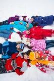 Große Gruppe Kinder, die in Schnee legen Stockfoto