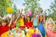 Große Gruppe Kinder Geburtstagsfeier an der im Freien Stockfoto