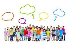 Große Gruppe multiethnische Kinder mit Sprache-Blasen Stockbilder