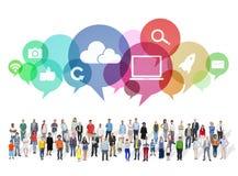 Große Gruppe multiethnische Leute mit Social Media-Symbolen Lizenzfreie Stockfotos