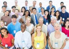 Große Gruppe Teilnehmer lokalisiert auf Weiß lizenzfreie stockfotos