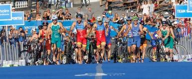 Große Gruppe triathletes, die in die Übergangszone laufen Stockfotos