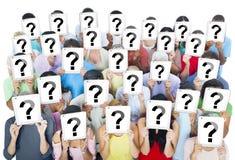 Große Gruppe verschiedene Leute, die Fragezeichen halten Stockfotos