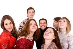 Große Gruppe von Personen, die oben schaut. Stockbild