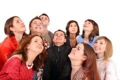 Große Gruppe von Personen, die oben schaut. Stockfoto