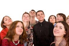 Große Gruppe von Personen, die oben schaut. Lizenzfreie Stockfotos