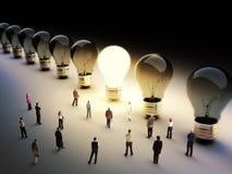 Große Gruppe von Personen mit einigen, die auf das Licht sich bewegen. Lizenzfreies Stockfoto